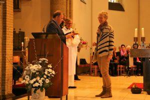 Jan Tersteeg reikt de Martinuspenning uit aan Tonnie Voorbij